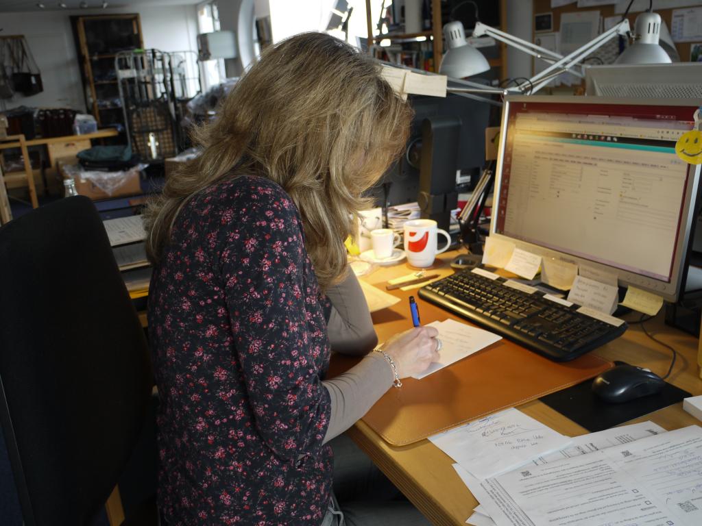 Blick ins Büro: Ulrike bearbeitet die Bestellungen.