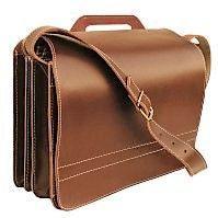 Die große, braune Jahn-Tasche (Modell 677, Foto links) besteht aus dickem Blankleder. Die Oberfläche ist deckend gefärbt.